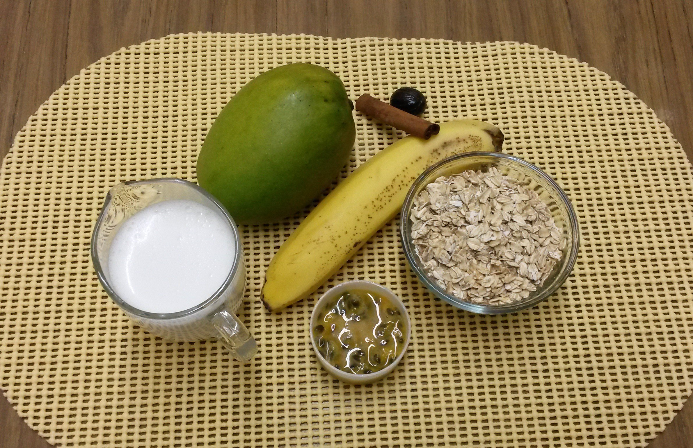 #MeatlessMonday: Vegan Tropical Oat Smoothie